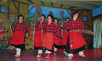 """Der Tanz der Muur-Hexen an der """"Enten- Arena"""" kommt bestens an und wird mit vielen Zugabe-Wünschen belohnt."""