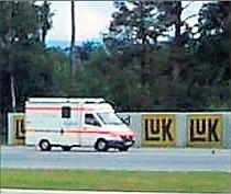 Sonntagnachmittag im Driving-Center: Ein Krankenwagen bringt einen verunglückten Motorradfahrer ins Hospital.