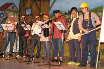"""Originelle Unterhaltung bietet auch diese Männergruppe in der fasnachtlich geschmückten """"Stadthalle"""" von Entenhausen."""