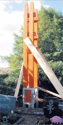 Der neue Glockenturm steht in einem Fundament aus Stahl und Beton, das nun vier Wochen lang aushärten muss. Foto. pr