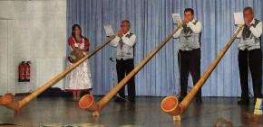 FUR ALPENLÄNDISCHEN FLAIR sorgten drei Leiberstunger Alphornfreunde bei ihrem Auftritt in der Wendelinushalle.