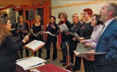 """ERSTER AUFTRI7T: Der Projektchor bekam viel Applaus für seine Interpretation weihnachtlicher Chöre wie beispielsweise Händels """"Tochter Zion""""."""