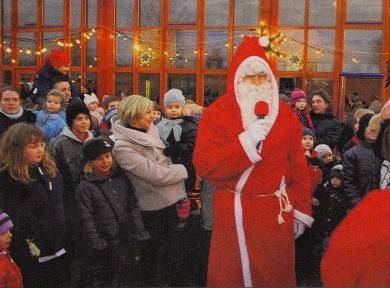 AUF DEN BESUCH DES NIKOLAUS warteten vor allem die Kinder beim Weihnachtsmarkt in Leiberstung. Er brachte für alle Geschenke mit.