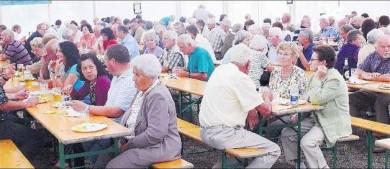 Beim Leiberstunger Fischerfest lassen es sich die zahlreichen Besucher schmecken. Die angebotenen Spezialitäten sind sehr gefragt.