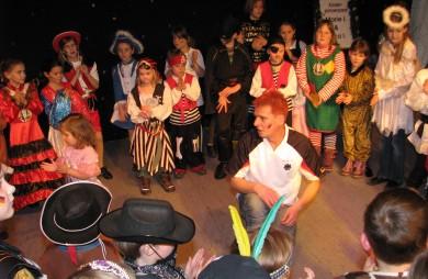 """Viel Spaß haben die kleinen Narren bei der Kinderfasnacht im """"Krönungssaal"""" des Wendelinusdorfs."""