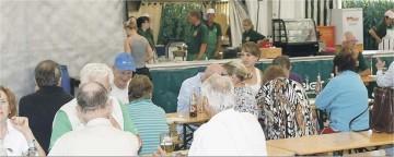 Im gut durchlüfteten Festzelt lassen es sich die Besucher des Fischerfestes gut schmecken.